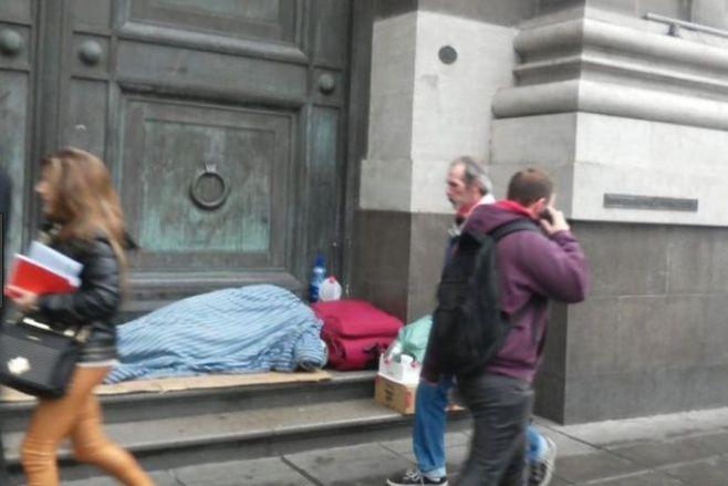 Gente durmiendo en la calle